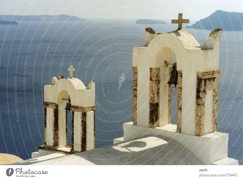 Kirche am Abgrund Wasser weiß blau Meer Ferien & Urlaub & Reisen Küste See Religion & Glaube Horizont Rücken Insel hoch Europa mehrere viele Aussicht