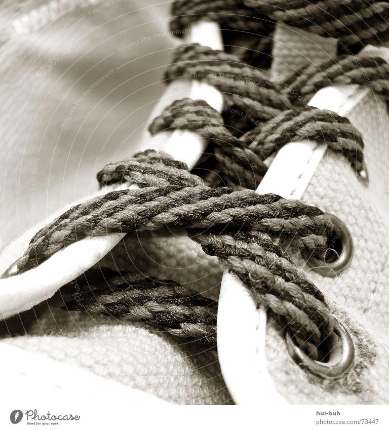 schnür mich Schuhe Zehen Schnur binden fallen gestreift schwarz dunkel Stil grau Umwelt Stoff Arbeit & Erwerbstätigkeit Fabrik foot Fuß Beine Teile u. Stücke