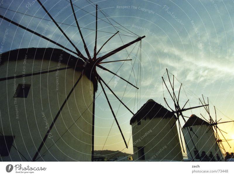 Mühlenauflauf Müller Mehl Mykonos Griechenland Abendsonne aufgereiht mehrere Wahrzeichen Denkmal Backwaren kürbiskernbrötchen und auch sesambrötchen