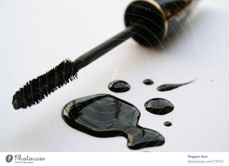 mascablack Wimperntusche schwarz Fleck Pfütze Nagellack nass Bürste bürstchen Kontrast füssig