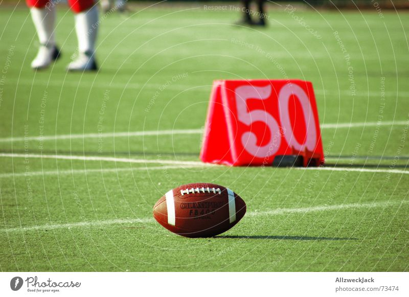 50 Yards American Football Mann Schweiß Beule Leder Spielfeld Gras vergessen verloren Einsamkeit football männersport blaue flecke fünfzig Rasen liegengelassen