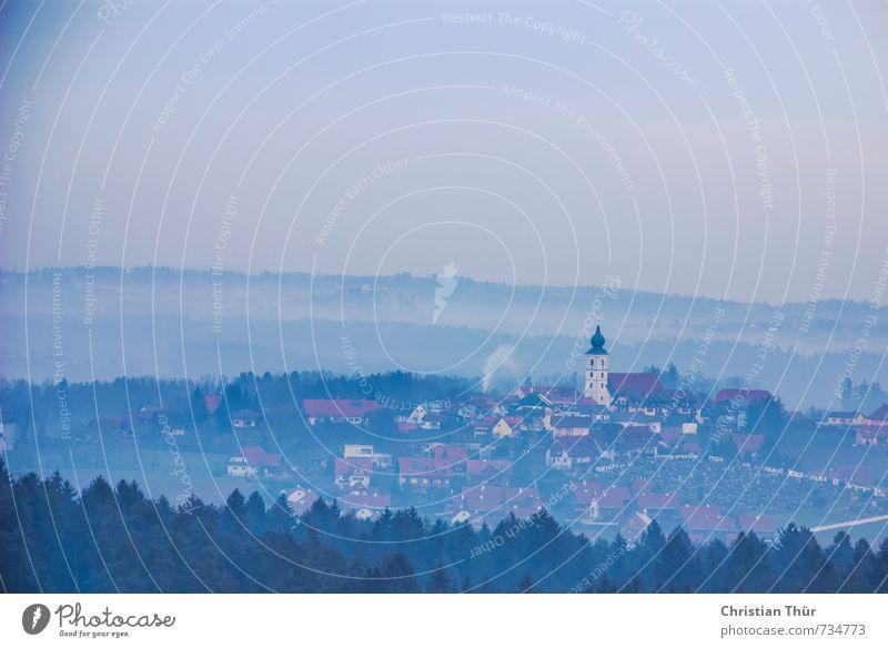 Stainz im Nebel Natur blau grün weiß Baum rot Landschaft Haus Umwelt Herbst Gebäude Stimmung ästhetisch Kirche geheimnisvoll
