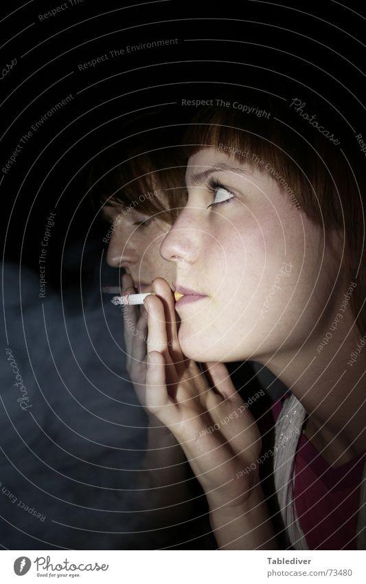 Lass uns eene roochen, Waldfee Porträt Frau Mann Zigarette Rauch dunkel Nacht Gesicht