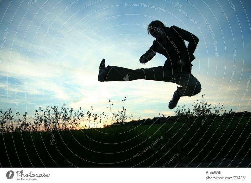 Kung Fu Frau Gegenlicht Sonnenuntergang springen chinesische Kampfkunst Fußtritt Außenaufnahme Abend Sport Freiheit Fitness Jugendliche