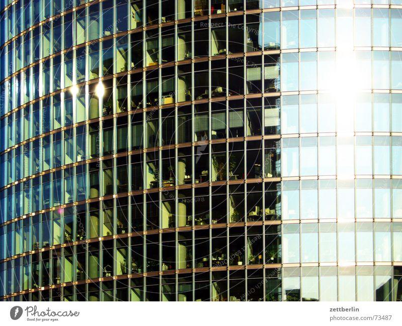 Puff, puff, puff, die Eisenbahn Berlin Glas Eisenbahn Fassade durchsichtig Potsdamer Platz Panoramafreiheit