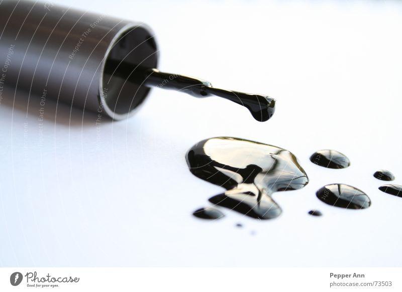 --plop plop-- Nagellack schwarz Pinsel nass Flüssigkeit Reflexion & Spiegelung Fleck Gegenteil weiß dreckig Kontrast black white Wassertropfen
