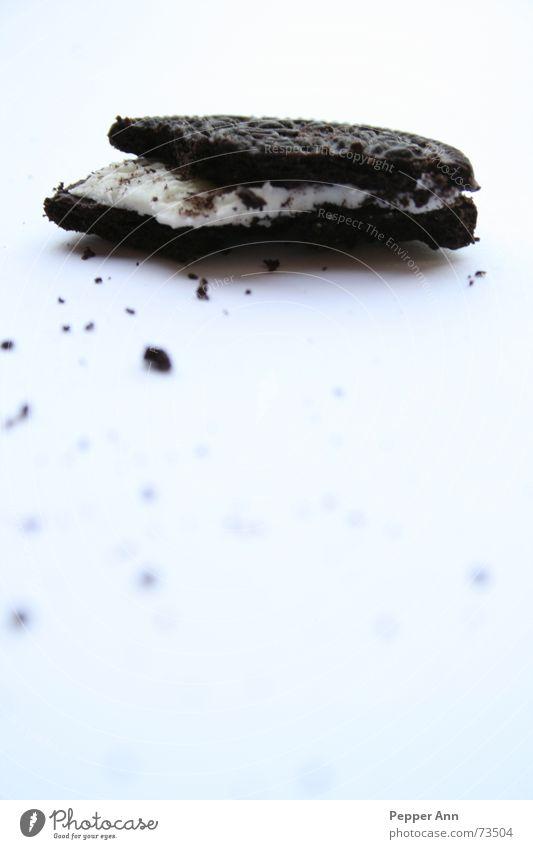 trauriger, einsamer...keks weiß schwarz braun Textfreiraum Sahne Hälfte Keks beißen frontal Krümel Zuckerguß Halbkreis Teile u. Stücke Oreo