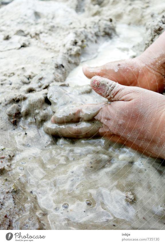 buddeln ||| Mensch Kind Ferien & Urlaub & Reisen Wasser Hand Freude Leben Gefühle Spielen natürlich Sand Freizeit & Hobby dreckig Kindheit nass Kreativität