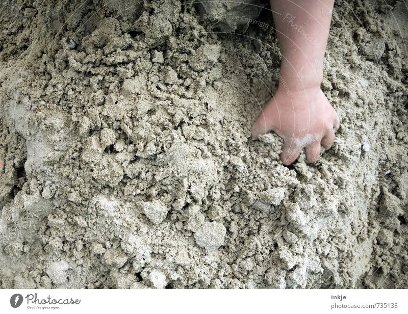 buddeln Mensch Kind Hand Leben Gefühle Spielen Sand braun Freizeit & Hobby Lifestyle Kindheit Neugier Kleinkind machen Kindergarten bauen