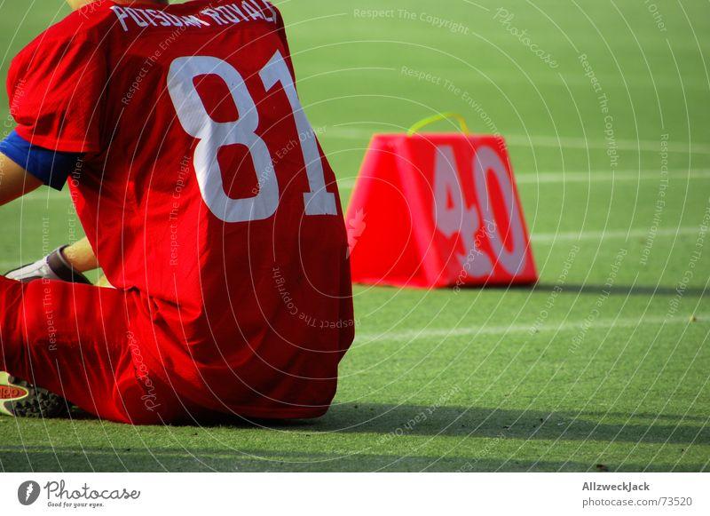 40 Yards Mann Einsamkeit Erholung Gras sitzen Rasen Spielfeld Leder verloren American Football Schweiß Beule Auswechseln