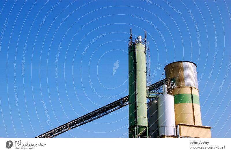Sonntagsarbeit mehrfarbig grün Industrielandschaft Förderband Maschine Förderturm Verlauf Silo Gebäude ruhig groß Froschperspektive blau Industriefotografie