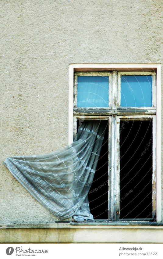 Mal so richtig Durchlüften alt Haus Wand Fenster verfallen Putz Gardine vergilbt Windzug lüften