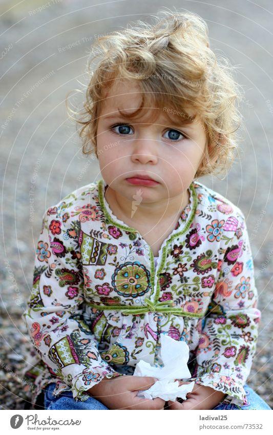 Die Kleine und ihr Tempo .. Farbfoto Innenaufnahme Tag Porträt Oberkörper Blick Blick in die Kamera Blick nach vorn Kind Mädchen Locken sitzen Traurigkeit