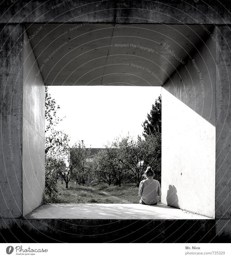 sitzkasten Lifestyle feminin Mädchen 1 Mensch 8-13 Jahre Kind Kindheit Umwelt Schönes Wetter Baum Sträucher Garten Park Bauwerk Gebäude Architektur Mauer Wand