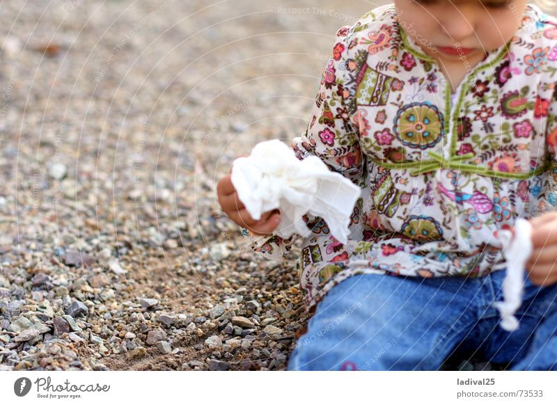 Die Kleine und ihr Taschentuch Mensch Kind blau Hand Mädchen Traurigkeit natürlich klein Denken Körper authentisch Kindheit sitzen beobachten Mund niedlich