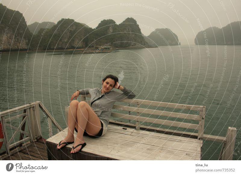 Halong Bay IV feminin Junge Frau Jugendliche Erwachsene 1 Mensch 18-30 Jahre Urelemente Wolken Wetter Felsen Berge u. Gebirge Küste Insel Holz beobachten