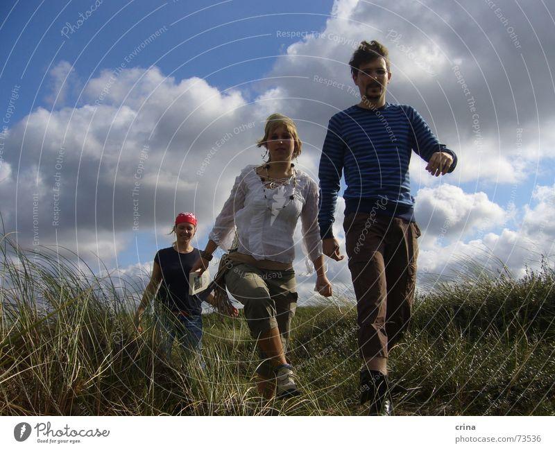 Piraten unterwegs 3 gehen Aktion Gelände Wolken Kopftuch laufen Stranddüne Dänemark blau