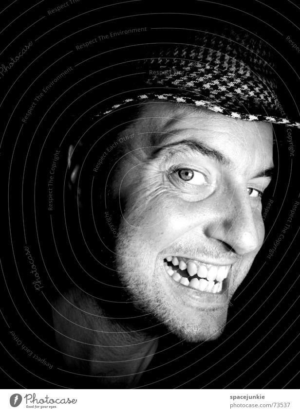 Mann mit Hut Porträt Freak Angst beängstigend dunkel schwarz Zähne zeigen böse verrückt Gesicht Mensch Schwarzweißfoto