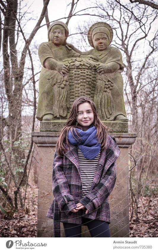 Winterliches Porträt vor Märchenskulptur Lifestyle Mensch feminin Frau Erwachsene Jugendliche 1 13-18 Jahre Kind Kunst Skulptur Herbst Pflanze Park Mantel Schal