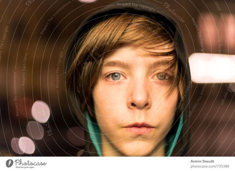 nächtliches Berlinporträt Lifestyle Mensch maskulin Jugendliche Kopf 1 8-13 Jahre Kind Kindheit hoody Kapuzenjacke brünett authentisch einfach schön einzigartig