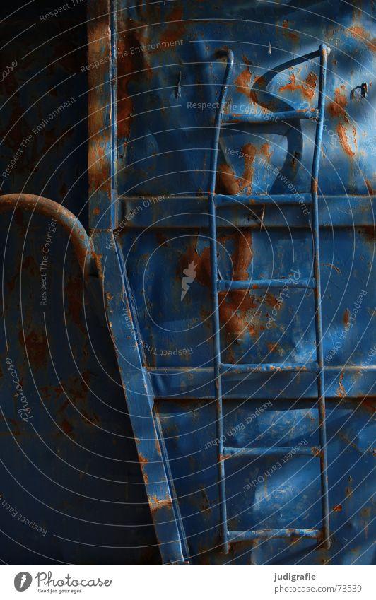 Leiter Leitersprosse zerbeult Licht Container blau Rost Farbe alt Schatten Neigung