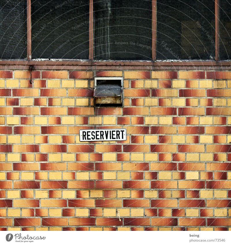 Nachbarsjunge Oswald Haus dunkel Wand Fenster Fassade geschlossen Industrie Fabrik Schriftzeichen Buchstaben Fliesen u. Kacheln Mitte Quadrat Hinweisschild