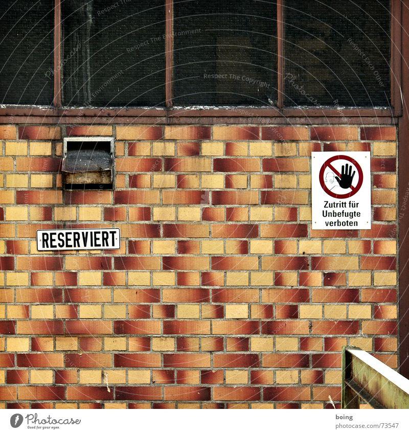 Schluckspecht Renate Fenster Haus Fassade geschlossen Lüftung reserviert Fliesen u. Kacheln Verbote dunkel Quadrat Parkplatz Wand Industriefotografie Lagerhalle