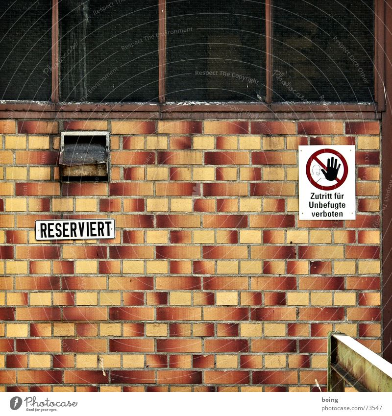 Schluckspecht Renate Haus dunkel Wand Fenster Fassade geschlossen Industrie Industriefotografie Fliesen u. Kacheln verfallen Quadrat Lagerhalle Parkplatz Halle