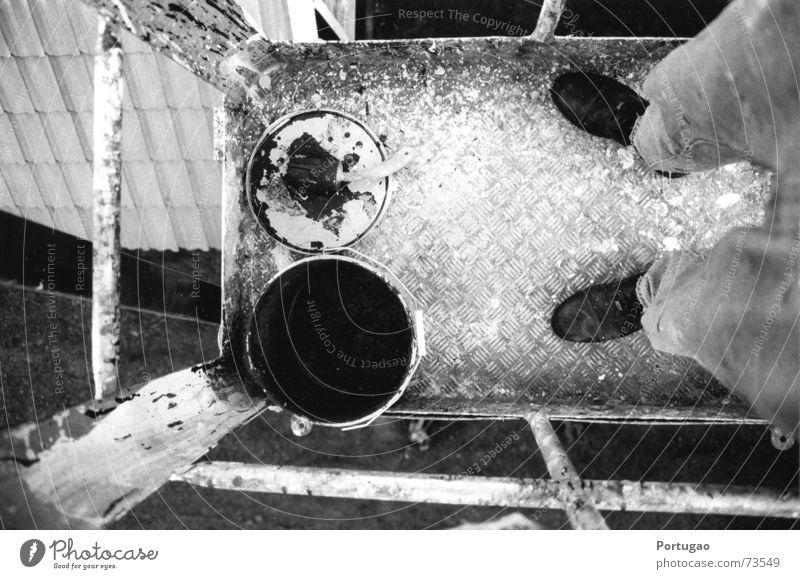 Hoch hinaus Arbeit & Erwerbstätigkeit Anstreicher Baustelle Schuhe schwarz weiß Farbe Perspektive Farbeimer Geländer Schwarzweißfoto Außenaufnahme Tag