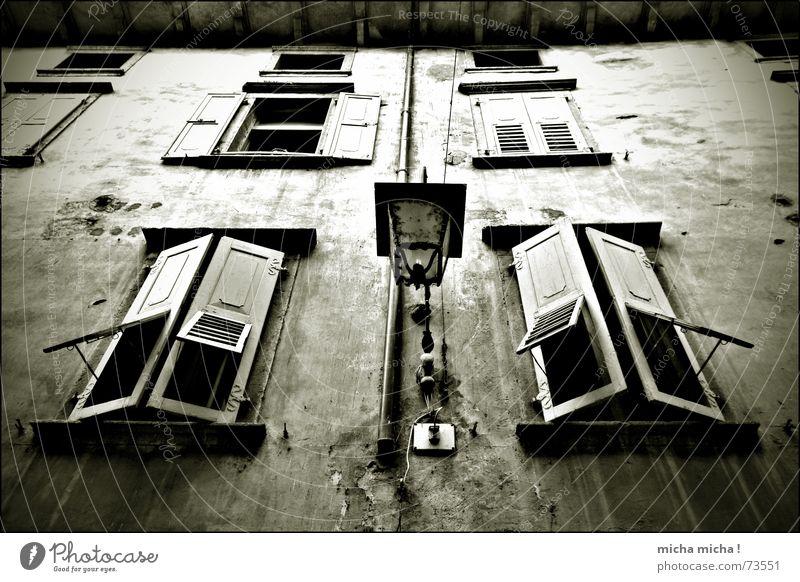 Düsterhaus I dunkel unheimlich Fenster Fensterladen Holz Fassade Lampe Italien Gardasee Gasse Verfall arco marod mediteran