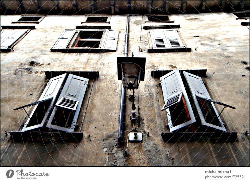 Düsterhaus II dunkel unheimlich Fenster Fensterladen Holz Fassade Lampe Italien Gardasee Gasse Verfall arco marod mediteran