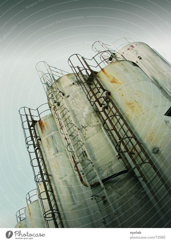 Silo Zusammenrottung alt Himmel weiß grau Metall dreckig Treppe Industriefotografie rund Getreide Stahl trashig Rost Grunge
