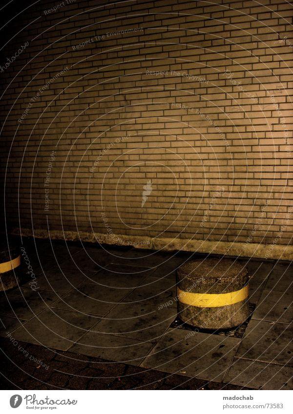 TRASHISM Mauer Backstein Wand Bürgersteig Nacht dunkel trashig Stil gelb unheimlich trist dreckig Bremen architecture boller Pfosten Bodenbelag dunkle ecke dirt