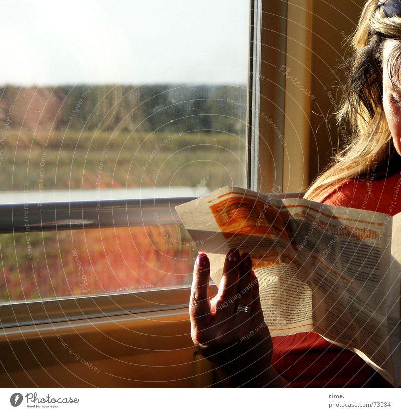Die Vertreibung der Zeit Frau rot Erwachsene Eisenbahn Geschwindigkeit lesen Zeitung Zeitschrift unterwegs Zugabteil