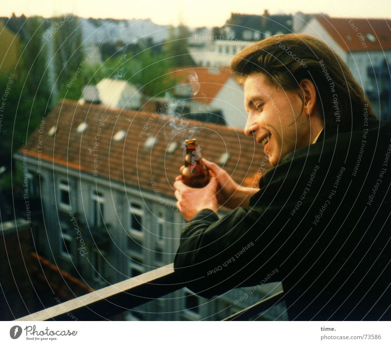 Am Ende eines langen Tages Stadt schön Erholung Freude Ferne Glück lachen oben Zufriedenheit Idylle Lächeln genießen Dach Balkon Feierabend anlehnen