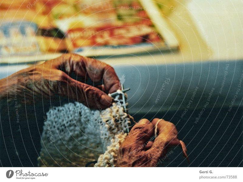 sich was zurecht stricken... Hand schön Senior Freizeit & Hobby Haut Finger Falte Großmutter Weiblicher Senior Spinne Nähgarn Wolle Nadel Sonntag Schlaufe