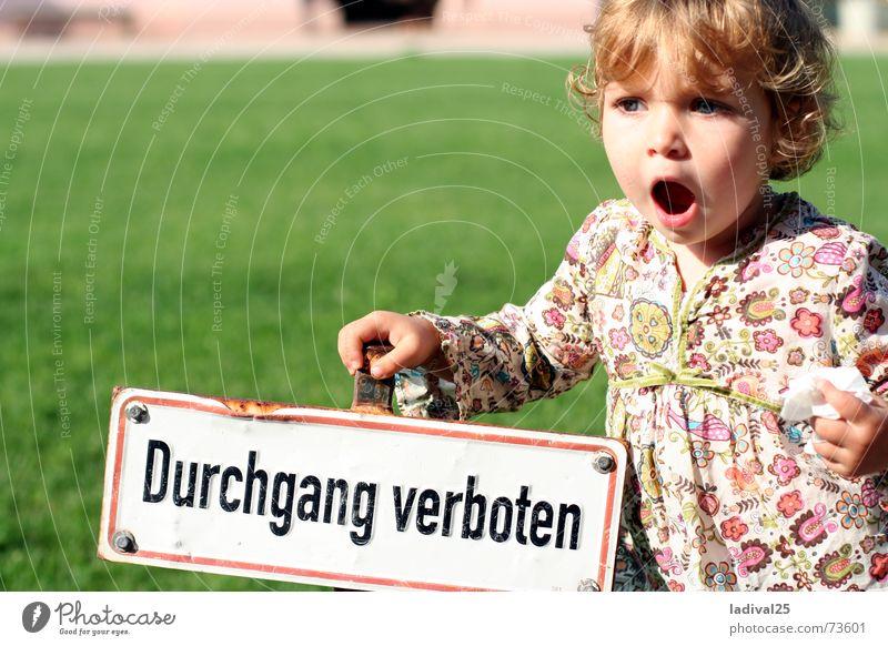 die große empörung Farbfoto Außenaufnahme Tag Oberkörper Vorderansicht Blick Kind Mädchen Locken klein rosa stoppen blaue augen durchgang verboten