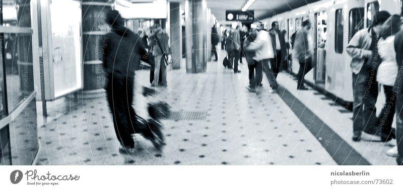 hectic rush Mensch weiß schwarz Bewegung modern Sehnsucht U-Bahn Bahnhof Abschied London London Underground Ankunft unterirdisch England