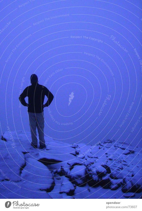 ...über dem Nebelmeer! Mann weiß blau Winter schwarz Wolken Einsamkeit kalt Schnee Berge u. Gebirge Zufriedenheit wandern Nebel Felsen hoch Perspektive