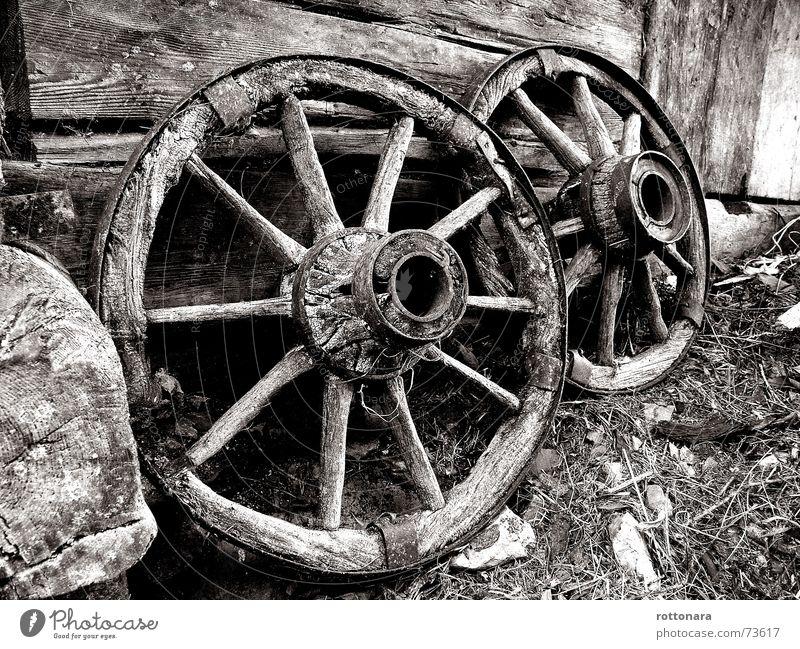 2RAD Holz schwarz weiß Italien Südtirol Campill selbstgemacht rund 10 Bauernhof dunkel Rad Schwarzweißfoto lungiarü Speichen ladinia Kontrast Rolle hell dös