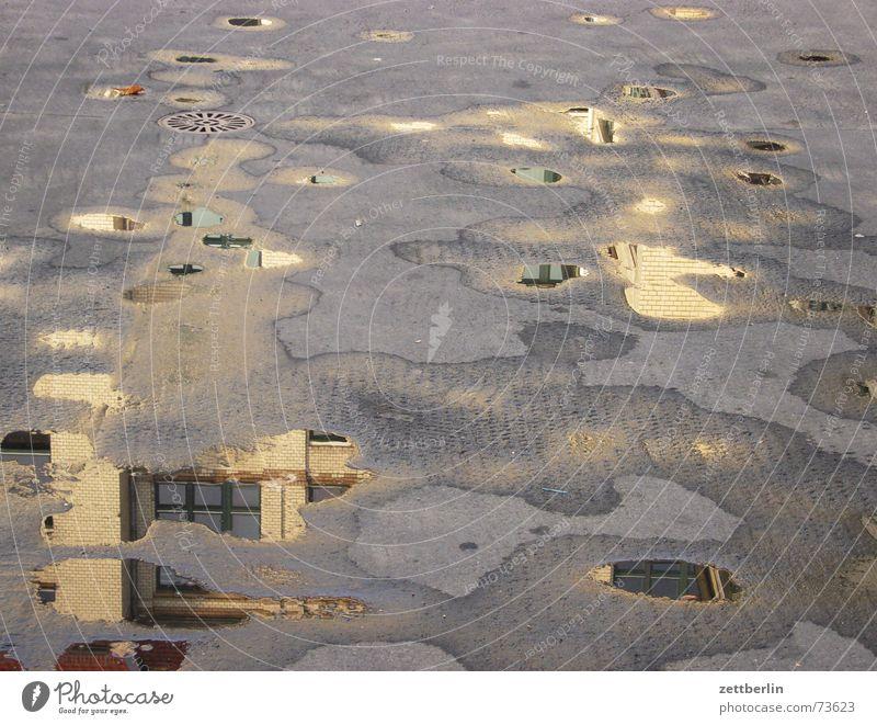 Gewerbehof Pfütze Reflexion & Spiegelung Haus Kreuzberg Asphalt grau Tarnung Regen die pfütze danach gsg gewerbehof optische täuschung