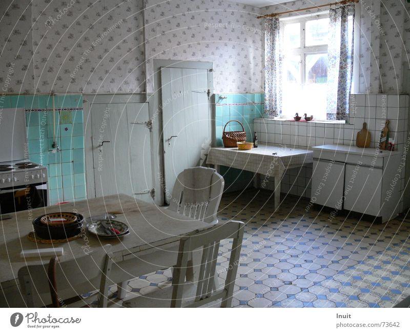 Alte Küche Tisch verfallen vergessen Fenster labil Fliesen u. Kacheln alt