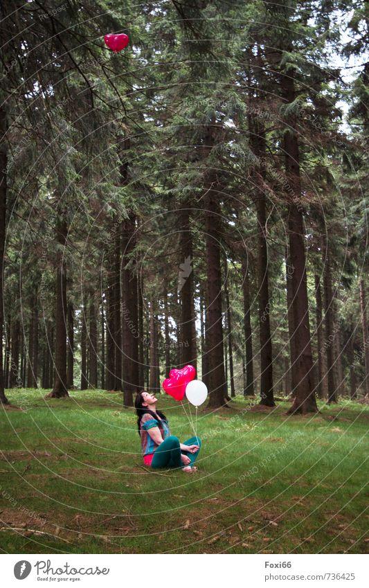 200* einfach mal träumen Lifestyle Veranstaltung Feste & Feiern feminin Frau Erwachsene 1 Mensch 45-60 Jahre Landschaft Frühling Schönes Wetter Baum Gras Wald