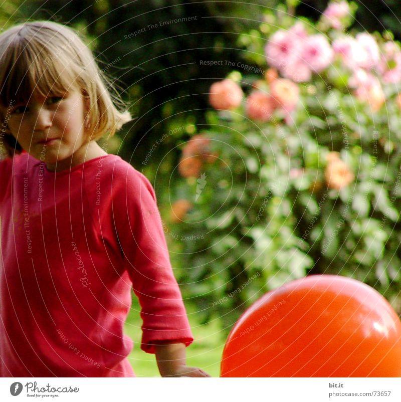 STILLgestanden Mädchen Garten blond Luftballon niedlich positiv Pony Kind Bildausschnitt Anschnitt 3-8 Jahre allerliebst