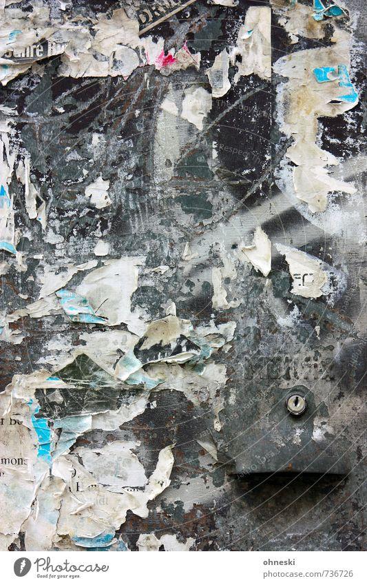 Schloss Fassade Papier Kasten Elektrizität Plakat Stadt chaotisch Werbung plakatiert kaputt Fetzen Farbfoto abstrakt Strukturen & Formen Textfreiraum unten