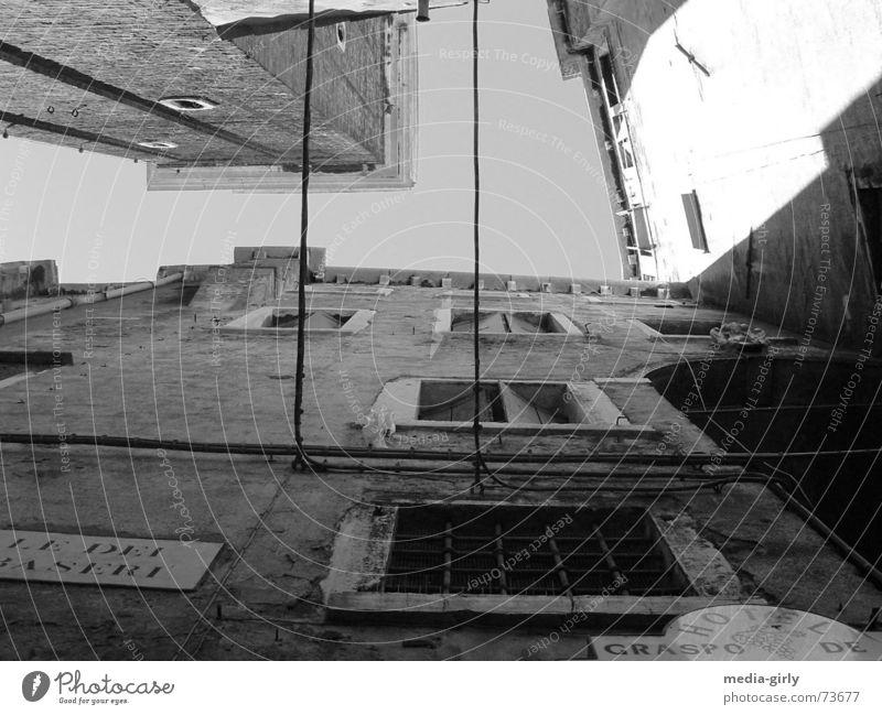 Gasse in Venedig Wand Beton Fenster Schwarzweißfoto Perspektive Strukturen & Formen