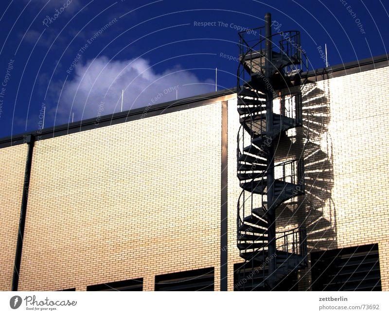 Der neue Wendeltrend Himmel Sommer Haus Wolken Gebäude Fassade Treppe Fabrik Unternehmen Lagerhalle aufsteigen Abstieg August Wendeltreppe