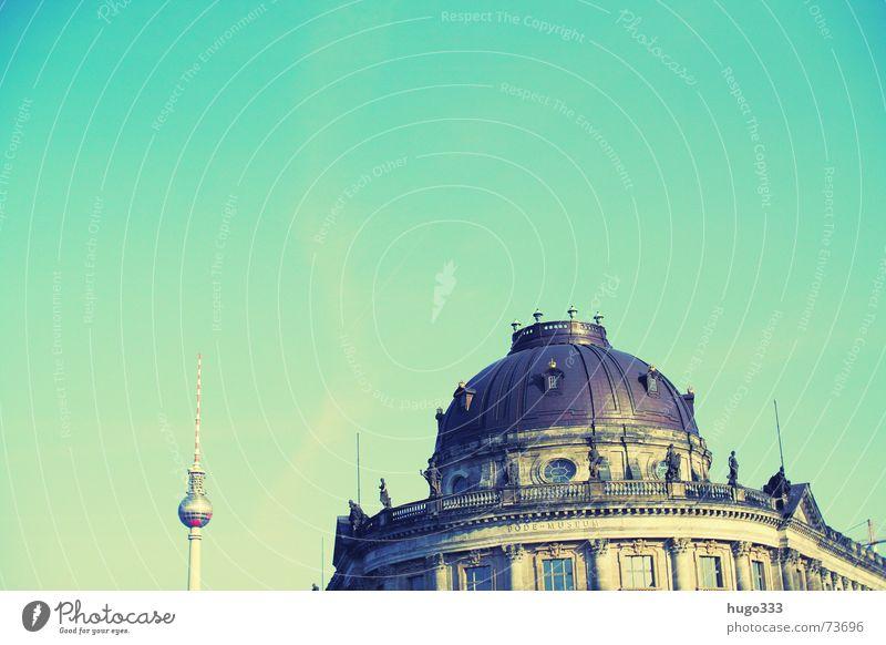 Berlin vom Wasser aus Osten Spree Bauwerk gelb grün Gebäude Spiegel Stadt horizontal Haus schimmern Sommer Berliner Fernsehturm Zwiebel Abend Museum Himmel blau