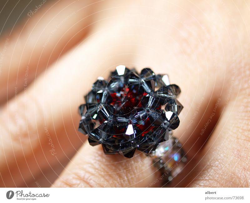 Ring Hand rot schwarz glänzend Kreis Schmuck Kristallstrukturen Edelstein Diamant Schmuckhersteller