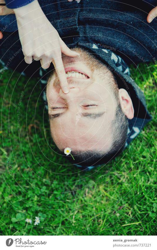 Lächeln Mensch Jugendliche Mann Pflanze Freude 18-30 Jahre Junger Mann Erwachsene Gesicht Umwelt Gras Blüte Spielen Freiheit Glück Freizeit & Hobby